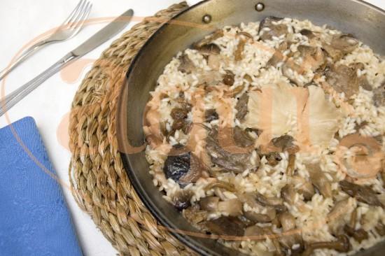 Arroz en paella con setas