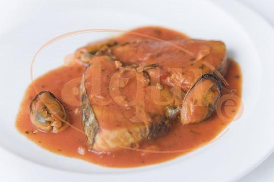 Atún con mejillones en salsa de tomate