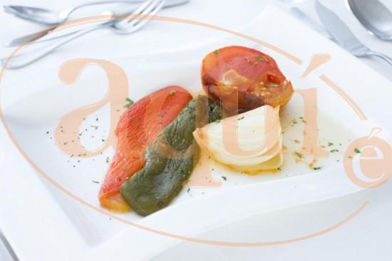 Ensalada templada de tomate y pimientos asados