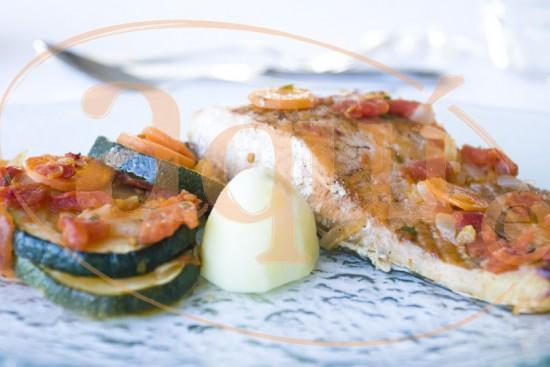 Guiso de salmón con verduras