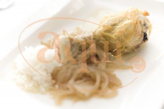 Jamoncitos de pollo asados con cebolla al vino blanco