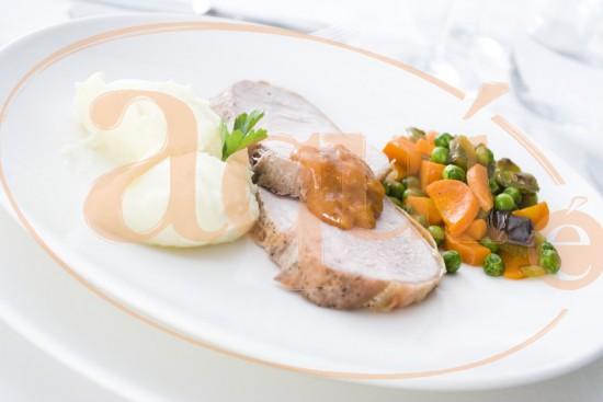 Lomo de cerdo con guisantes y zanahoria