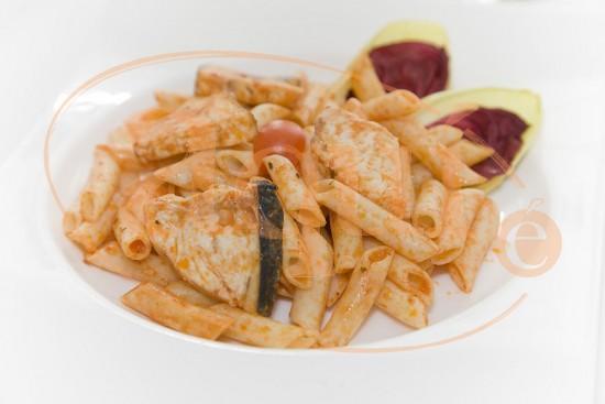 Pasta con pez espada y tomate