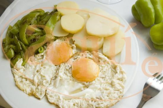 Patatas con pimientos y huevo frito