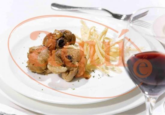 Pollo al ajillo con patata paja