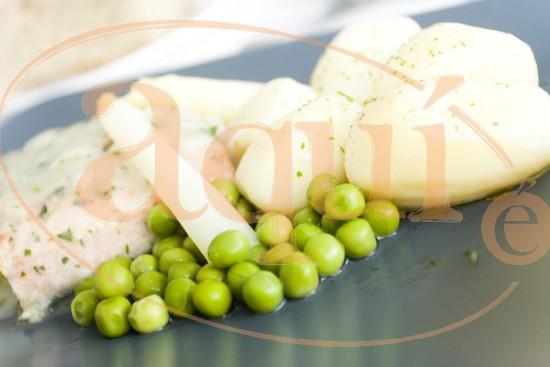Salmón en salsa de guisantes