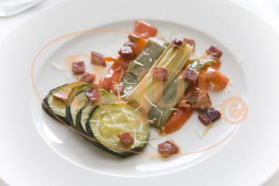 Verduras al horno con jamón serrano y queso gratinado